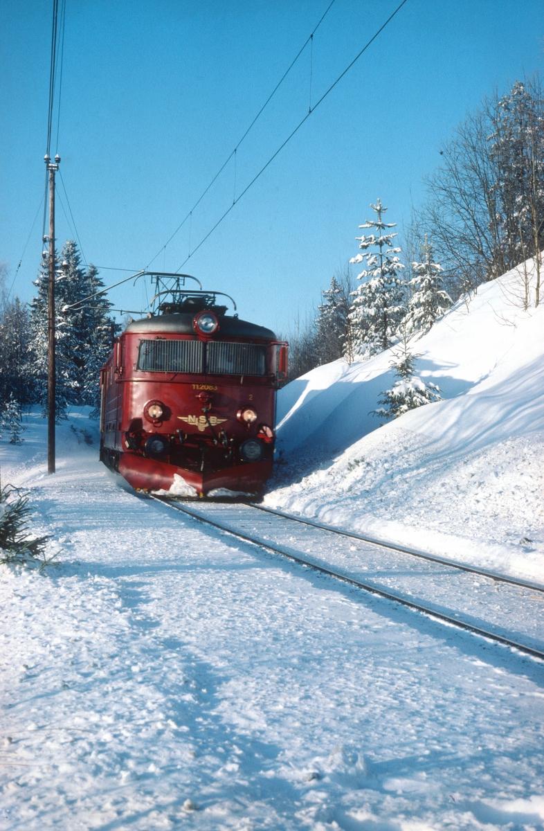Persontog 207 (Oslo - Gjøvik) på vei inn mot Nittedal stasjon en vinterdag. Elektrisk lokomotiv El 11 2083.