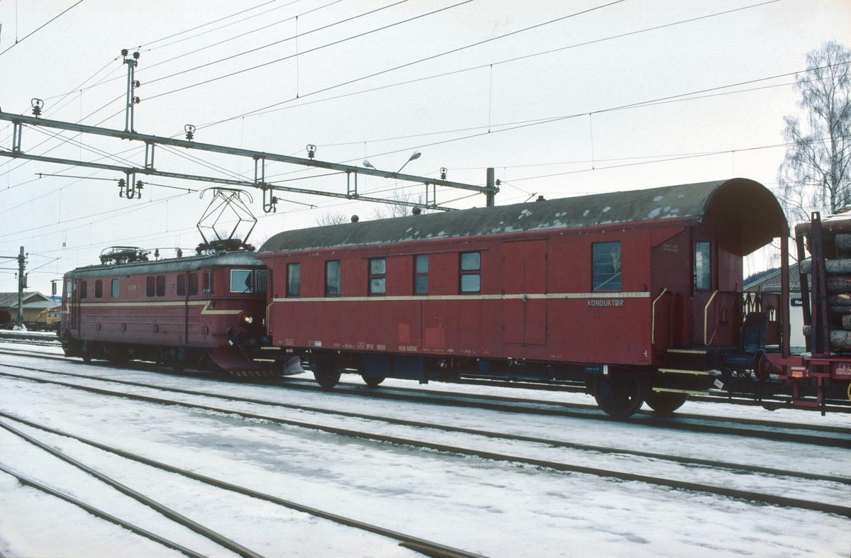 Elektrisk lokomotiv El 11 2094 og konduktørvogn BFV1 19906 i godstog 5175 (Roa - Hønefoss) på Roa stasjon. Disse vognene var opprinnelig tyske personvogner som kom til Norge under krigen. NSB bygde dem etterhvert om til kominert konduktør-, reisegods- og personvogn og de ble mye nyttet i godstog med konduktørbetjening.