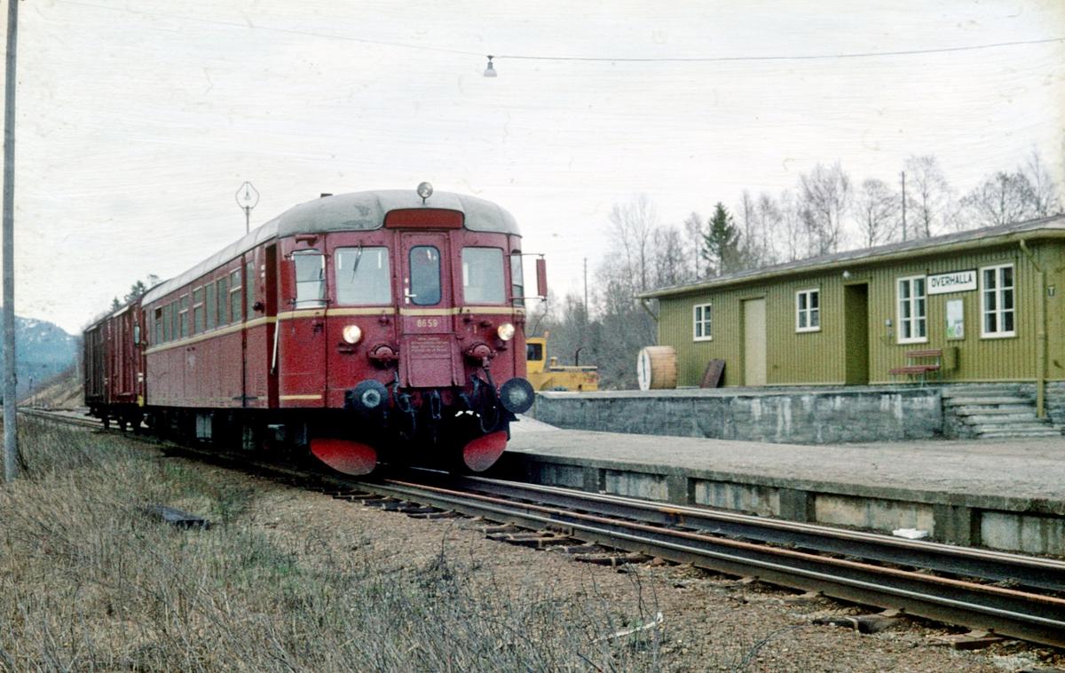 Persontog 483 stopper på Overhalla stasjon, Namsoslinjen. Dieselmotorvogn BM 86 59.