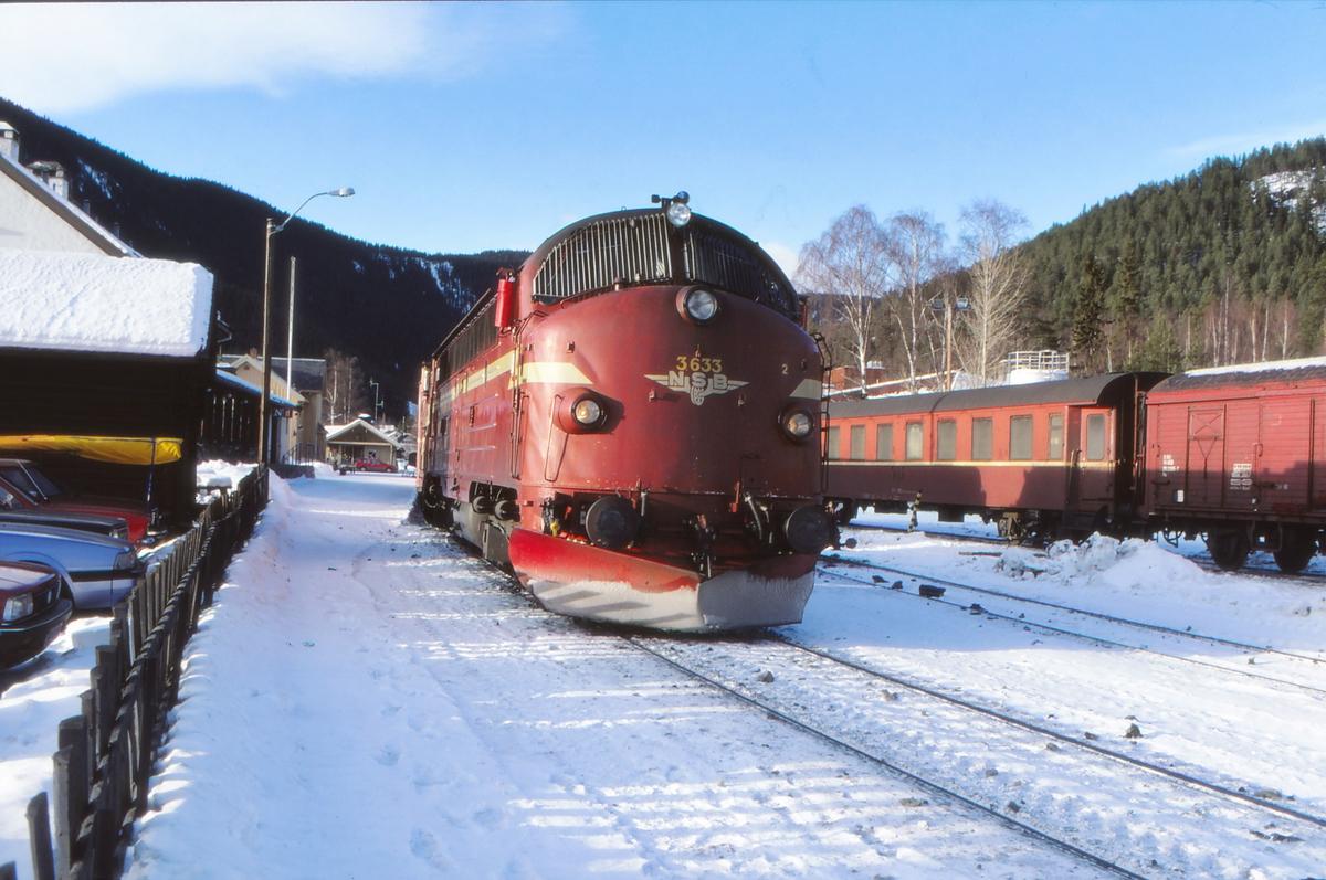 Fagernes stasjon. Persontog 282 til Oslo S med NSB dieselelektrisk lokomotiv Di 3 633.