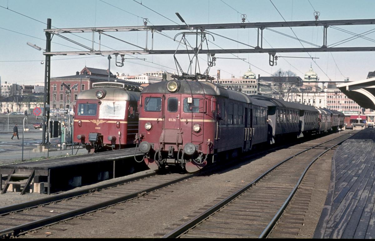 Elektriske motorvognsett type 69 og 65 på Oslo Ø, Sjøsiden, Østfoldbanesporene. BM 69 018, BM 65 26.