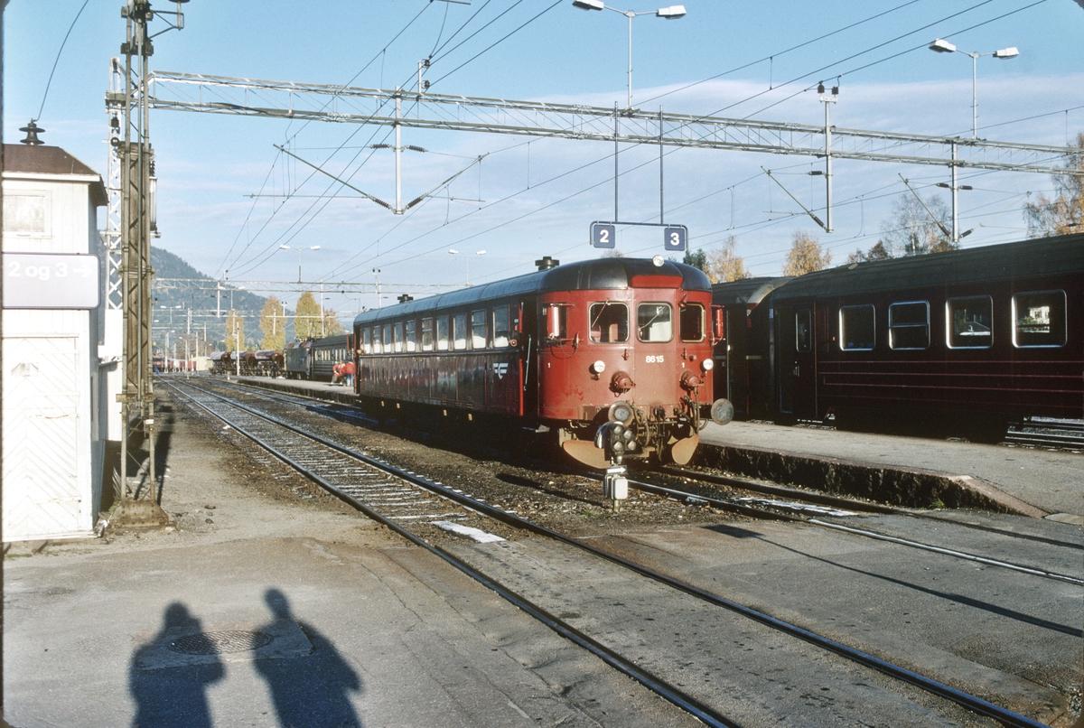 Vi har gått av Sørlandsbanens dagtog 701  på Kongsberg stasjon og i sporet ved siden av står persontog til Rødberg, Numedalsbanen. NSB dieselmotorvogn BM 86 15.