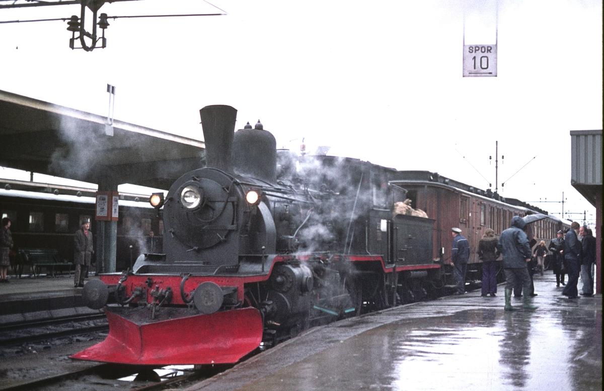 Veterantog til Rødberg på Drammen stasjon med damplok 21b 252 for Urskog-Hølandsbanen og Norsk Jernbaneklubb.