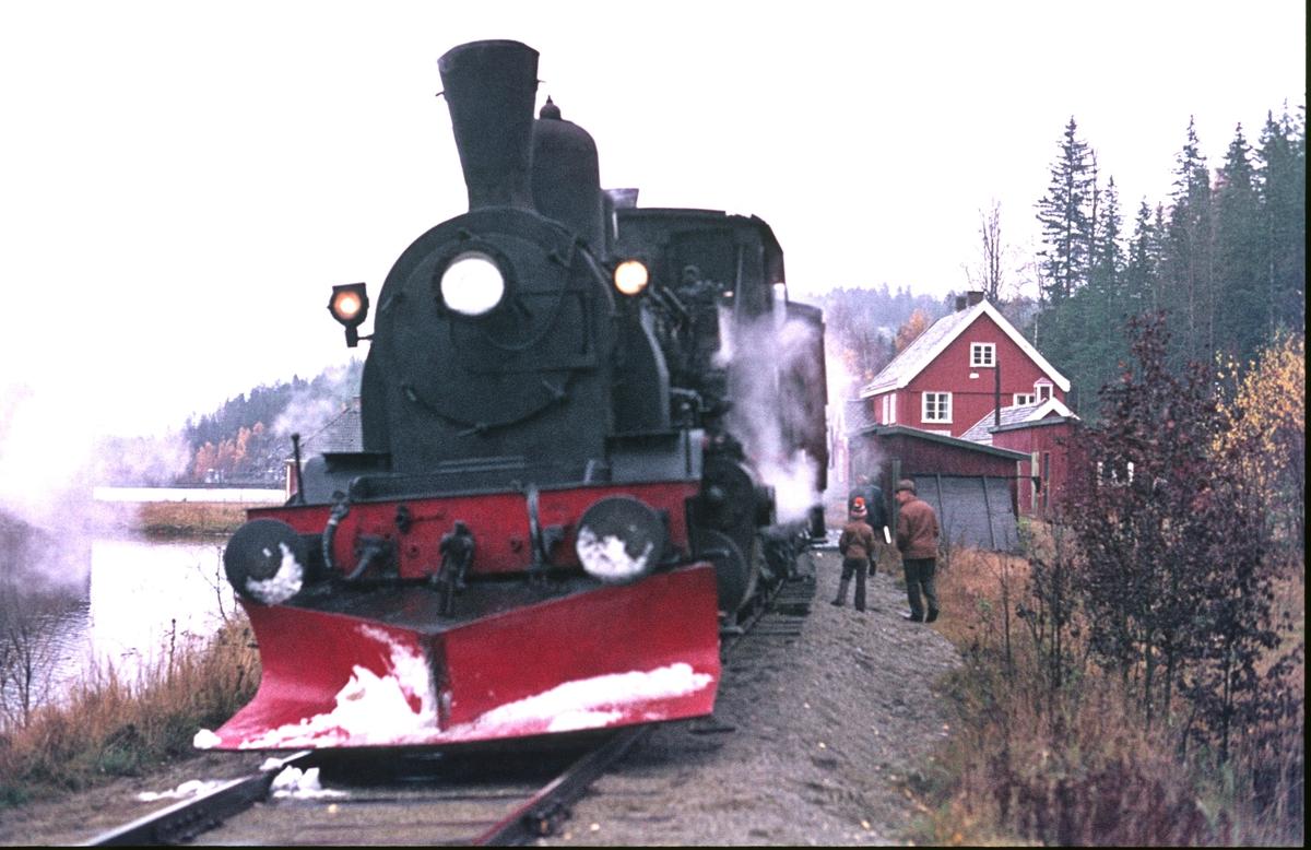 Veterantog Drammen - Rødberg på Kjerre holdeplass. Numedal. Damplok 21b 252.