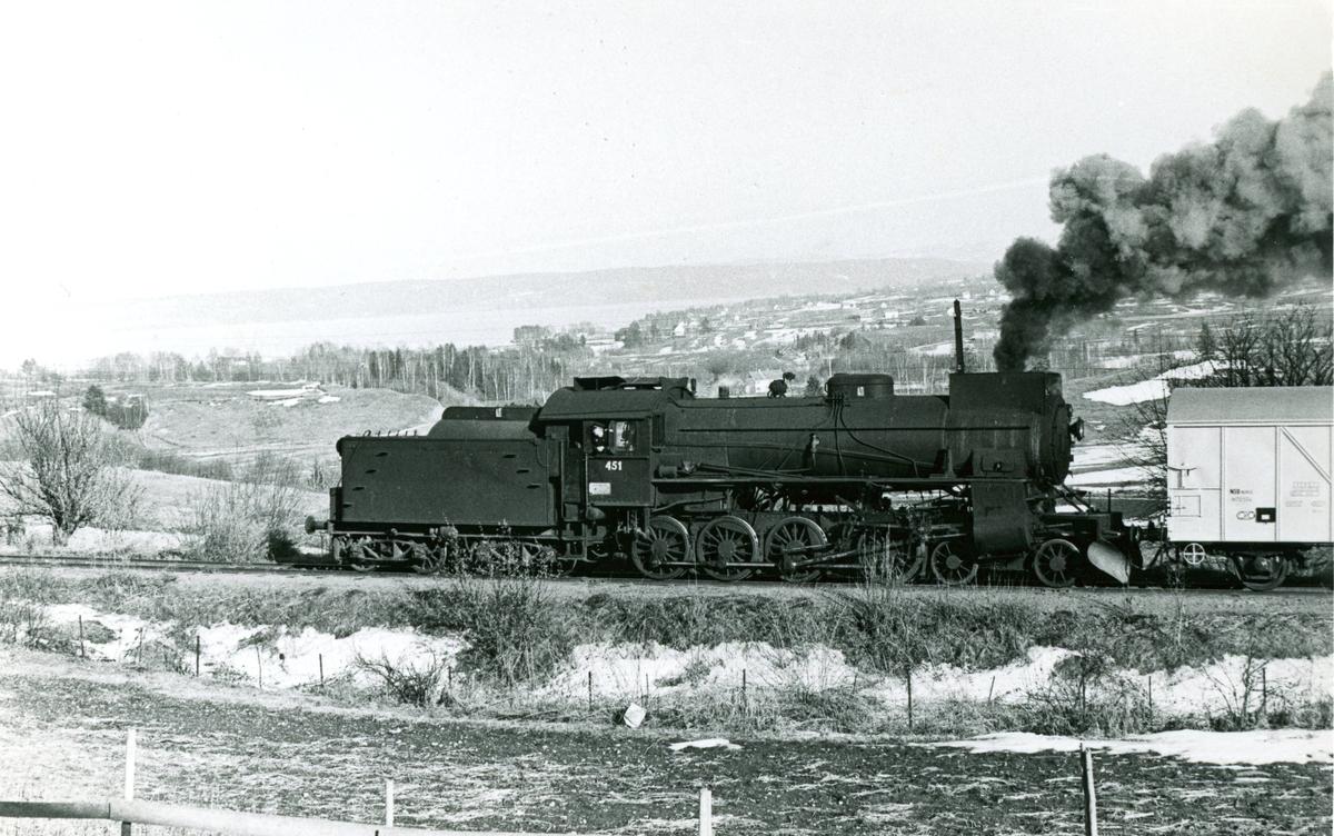 Damplok type 31b nr. 451 i godstog fra Skreia til Eina.