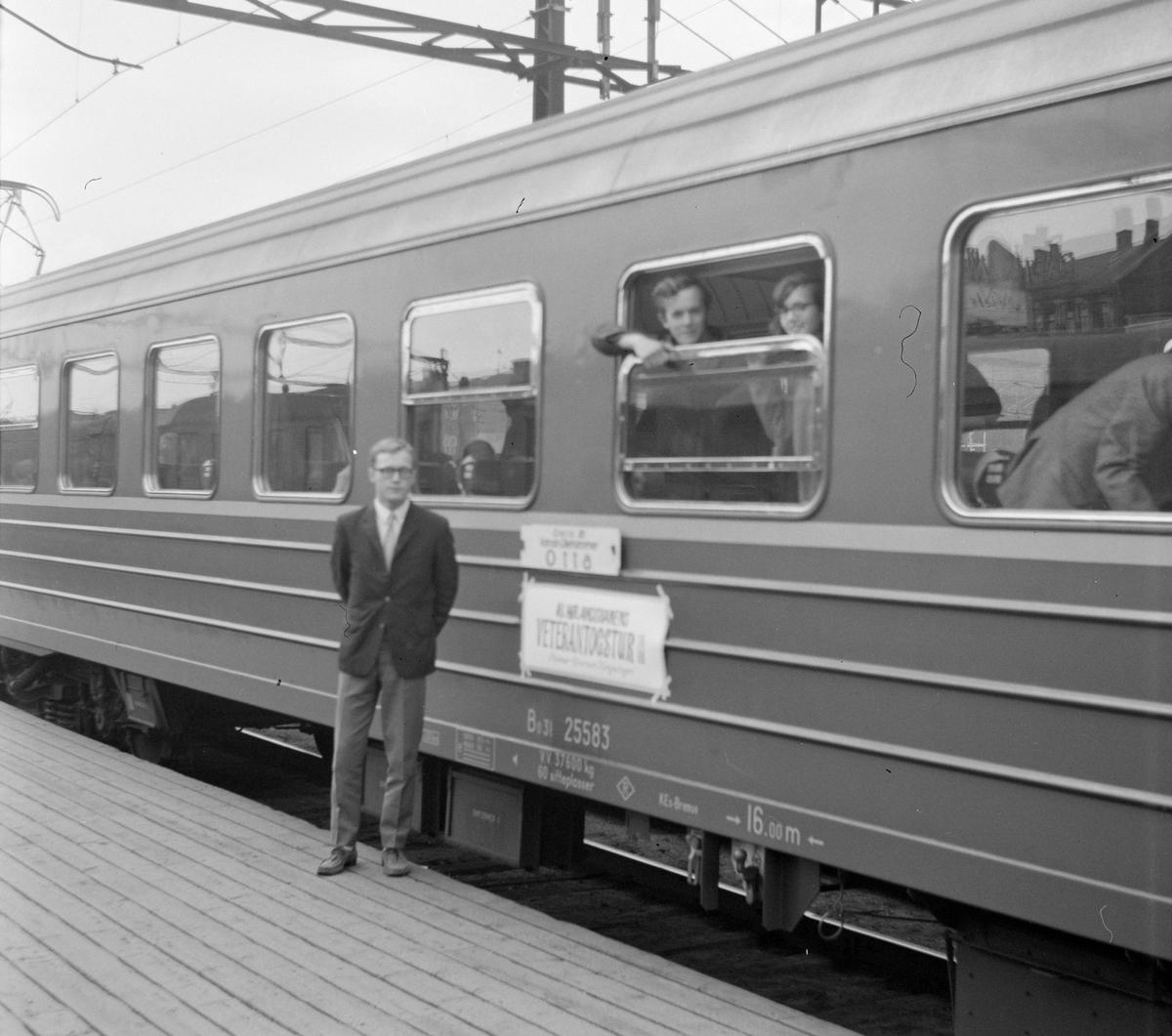 Olaf Wiegels foran Bo3l personvogn som var reservert for medlemmer av A/L Hølandsbanen i forbindelse med veterantogtur på Solørbanen.