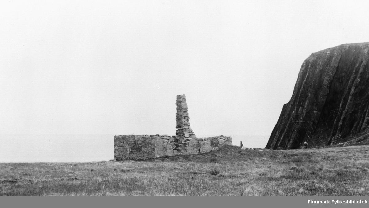 Ruin av hus i Kjelvik. Bare grunnmur og pipe står igjen. Bildet er tatt etter 1945. Kjelvik Nordkapp kommune. Kjelvik var største tettbegyggelse i Nordkapp kommune i første del av 1900-tallet, inntil brenningen av Finnmark høsten 1944. Kommunen hørte til Kistrand i Porsanger til 1861 og ble utskilt og fikk navnet Kjelvik