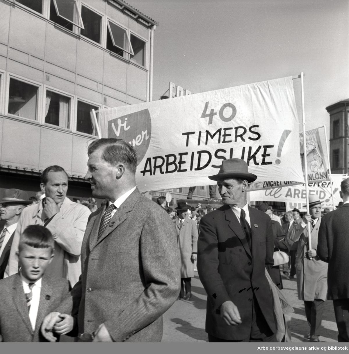 1. mai 1961, kommunistpartiets demonstrasjonstog på Youngstorget. Parole: Vi krever 40 timers arbeidsuke!