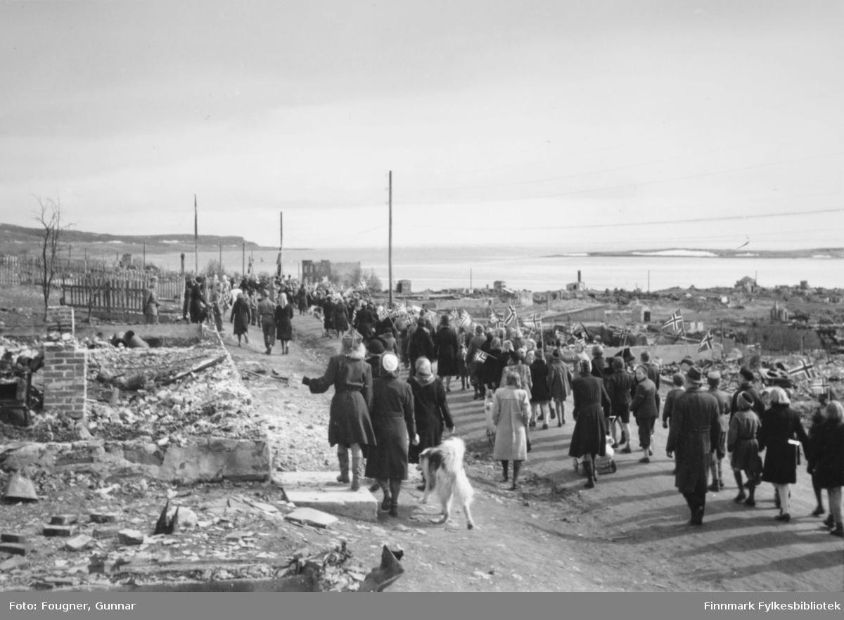 8. mai 1945 i Vadsø. En gruppe barn og voksne går i tog.