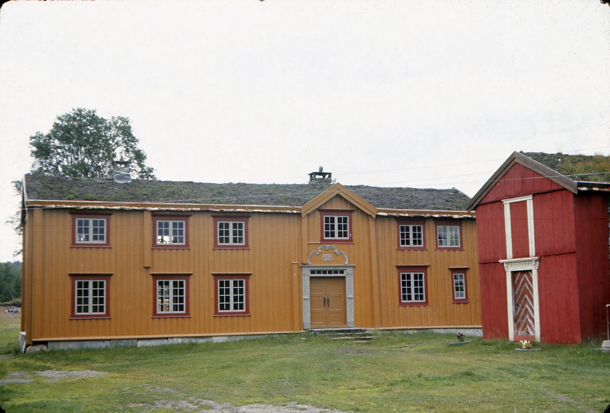 Holm gård, Os i Østerdalen, fra siste del av 1700-tallet. Hovedbygning og stabbur ble fredet i 1924. Bygningene er eksempel på gårdsbebyggelse hos velbergede bønder i Nord-Østerdal ved overgangen til 1800-tallet.
