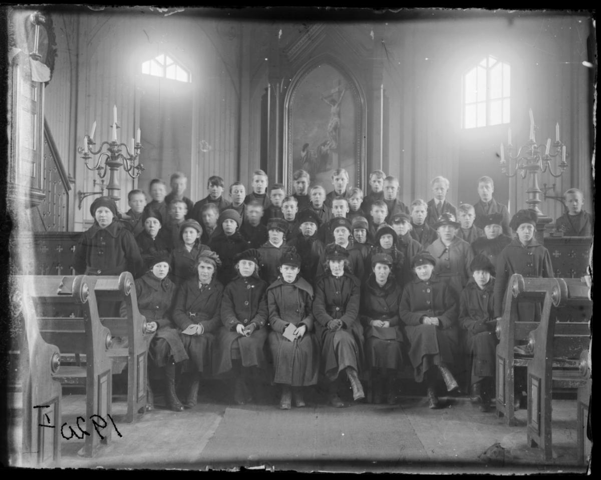Konfirmanter, Vardø 1920. Bildet er tatt inne i kirka