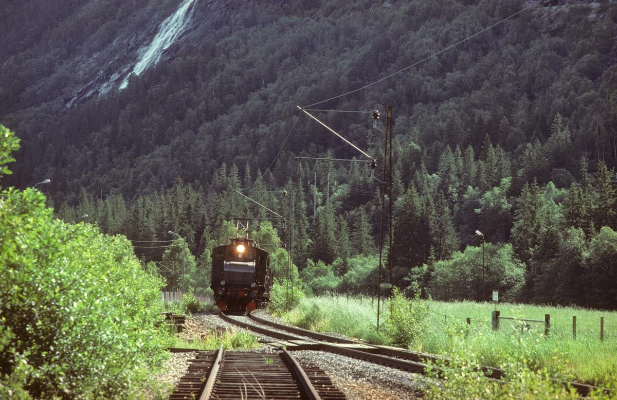 Rjukanbanen, Vestfjorddalen. Godstog til Rjukan ved Øverland. Sporet i forgrunnen er til omformerstasjonen. Elektrisk lokomotiv RjB 14 (NSB El 1 2001). Norsk Hydro, Norsk Transportaktieselskap, Norsk Transport.