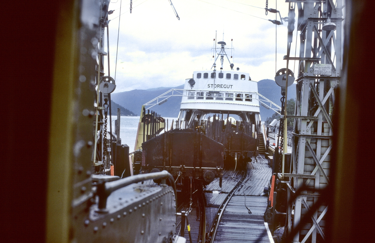 Rjukanbanen. Skifting av vogner med skiftetau av jernbanefergen M/F Storegut. Norsk Hydro, Norsk Transportaktieselskap, Norsk Transport.