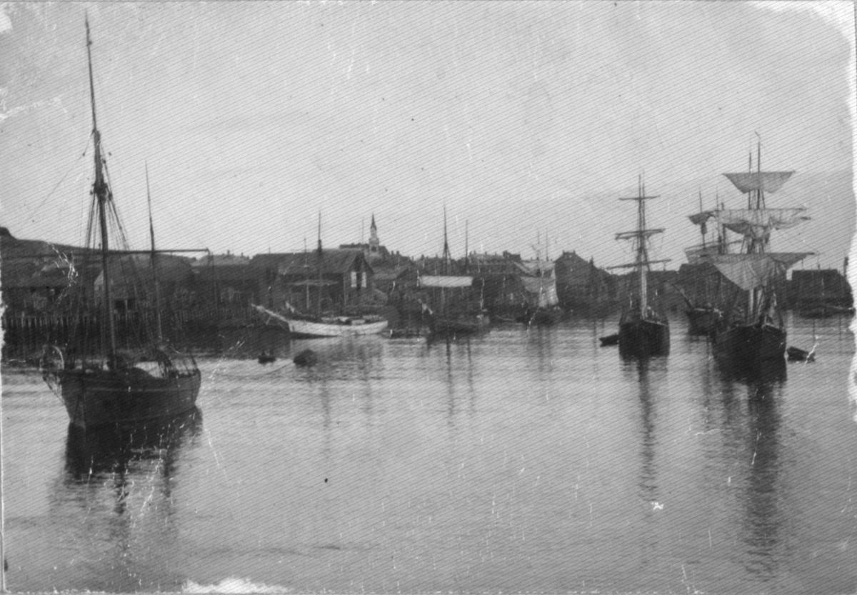 Flere båter ligger ved havna