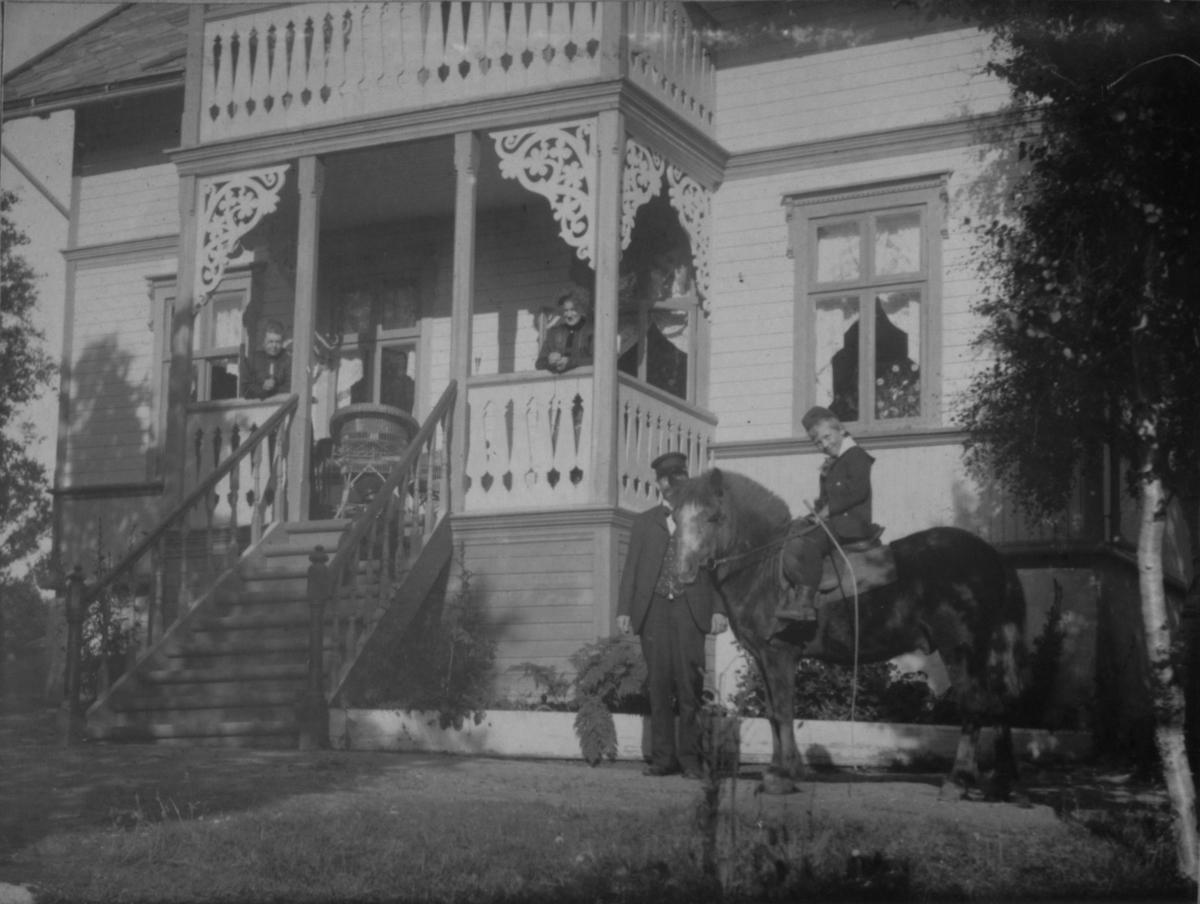 Sommervilla Sorgenfri i Jarfjord. 2. september 1906. En gutt sitter på en hest, og en mann står ved siden av.