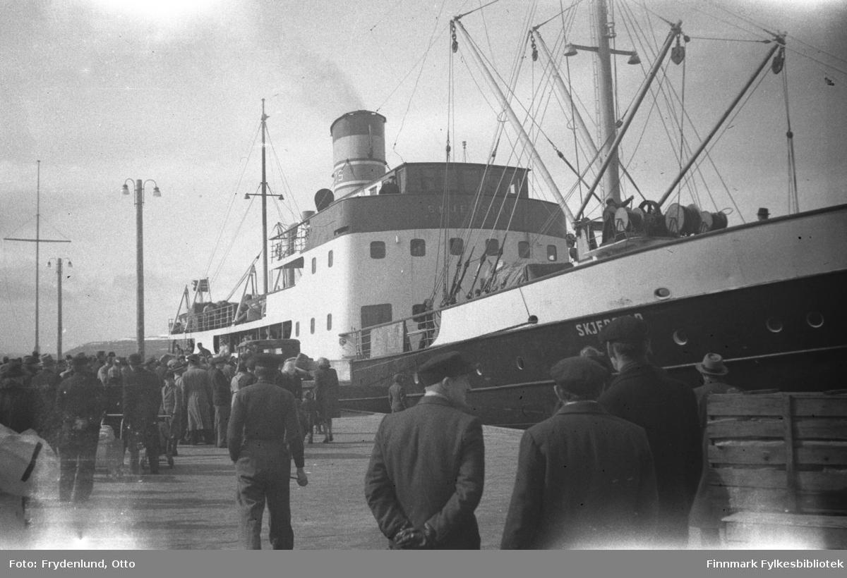 Hurtigruta D/S Skjerstad ved dampskipskaia i Vadsø i etterkrigstida. Skipet ble brukt som fangeskip da arresterte lærere ble deportert til straffarbeid i Kirkenes i 1942.