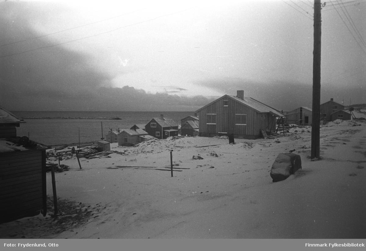 Gjenreisningshus i Vadsø 1946. Slik moloen på bildet er plassert, antar vi at dette bildet er tatt ganske langt inn i Nyborgveien, og at vi også ser bebyggelse i Elvegata og Havnegata