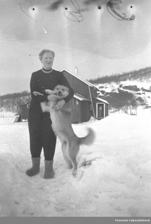 Herlaug Mikkola og hunden Jallo på gården Mikkelsnes