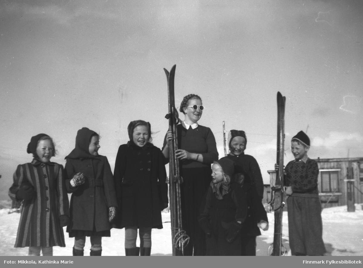 Herlaug Mikkola klar til skitur. Hun står sammen med en skokk unger på Storhauen i Kirkenes. Ytterst til venstre er min Willy Olsen og ytterst til høyre står Grete Lill Olsen (gift Sivertsen).