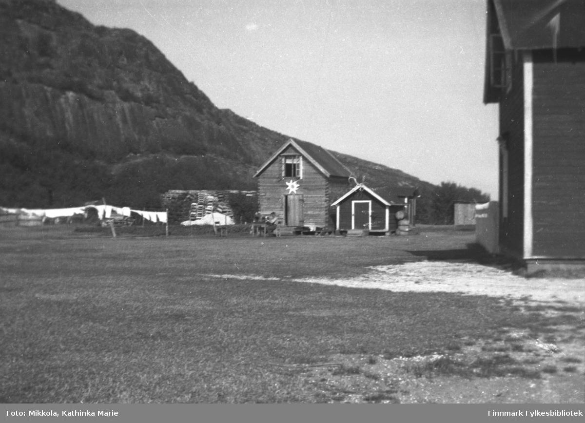 Mikkelsnes under 2. verdenskrig. Melkebua er pyntet med et Edelweiss-merke. Til venstre for melkebua en stabel trerammer som ble brukt til å støpe steinheller i storbrakka på gården