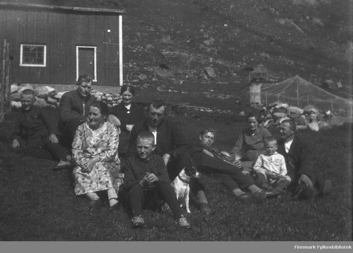 Kathinka Mikkola på besøk hos familien i Skjelfjord i Lofoten. På dette bildet sitter hun som nr 3 fra venstre øverst i bildet. Mannen til venstre for henne var hennes bror, men vi vet ikke navnet hans