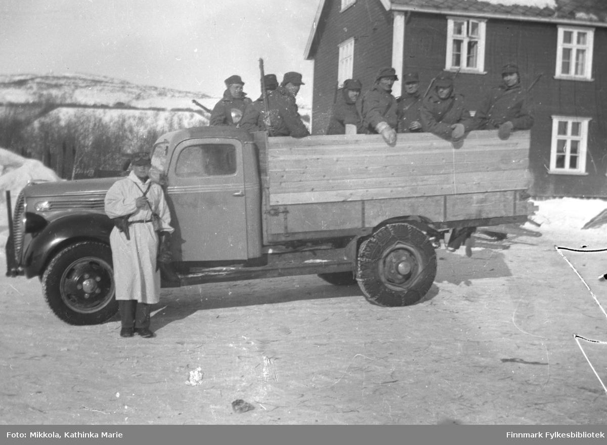 Storm Mikkolas lastebil (Ford V8 årsmodell 1938-39) full av norske soldater. Under den finske vinterkrigen kom Trønderkompaniet til neiden som nøytralitetsvakt. Dette kan være noen av disse soldatene.