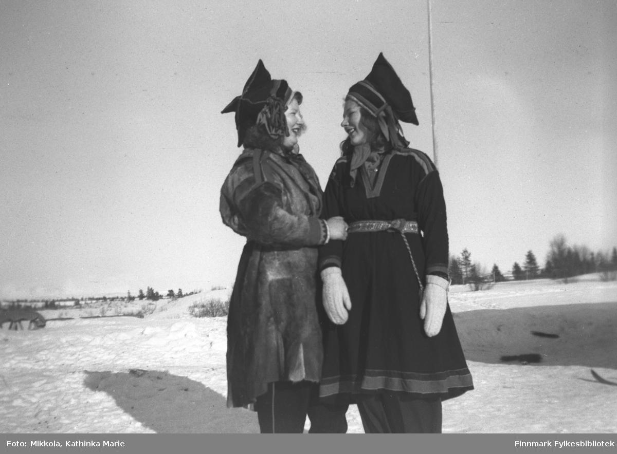 Ingrid (til venstre) og Kari Mikkola i Pakanajoki, ca. 1946-1947. Begge har stjerneluer; Ingrid har pesk og Kari samekofte