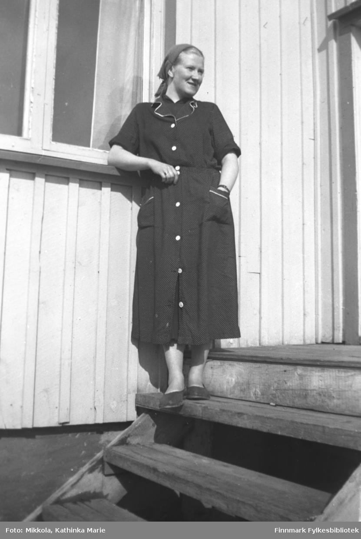 Fint portrett av Herlaug Mikkola stående på en trapp