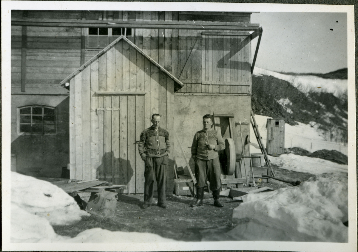 Friarfjord, 1945. Sigurd Bjørgum (fra Stjørdal) og Albert Andersen (fra Lebesby, bror til Martin Andersen) driver med gjenoppbygging av fjøs etter krigen. Antakelig i nærheten av skifterbruddet i Friarfjord.