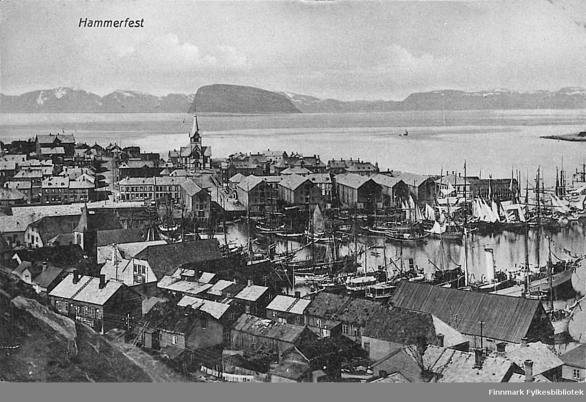 Postkort med motiv fra Hammerfest. Kortet er en jule- og nyttårshilsen til Arthur og Kirsten Buck på Hasvik og er sendt fra Hammerfest i 1910.