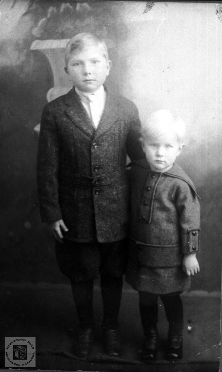 Portrett av to velkledde gutter.