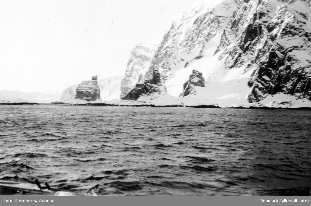 Steinformasjonen Finnkirka utenfor Kjøllefjord fotografert en tidlig vårdag i mai 1946