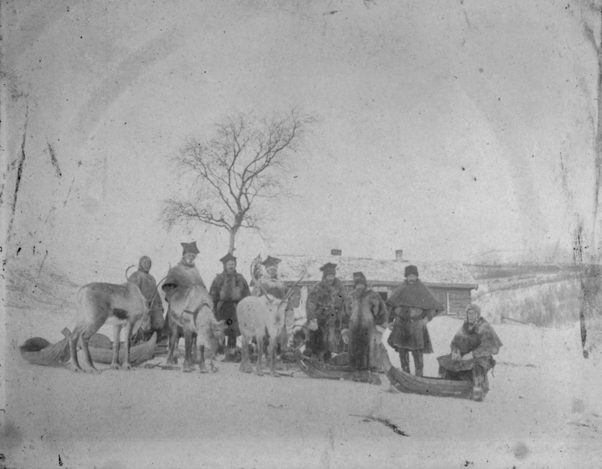 Dette bildet er tatt foran Anton Hesengets hus på Langvasseid i 1908. Kjørerein var en nødvendighet når man skulle ferdes i distriktet vinterstid. Både menigmann og offentlige personer benyttet rein og slede eller pulk, og alle brukte ytterklær sydd av reinskinn