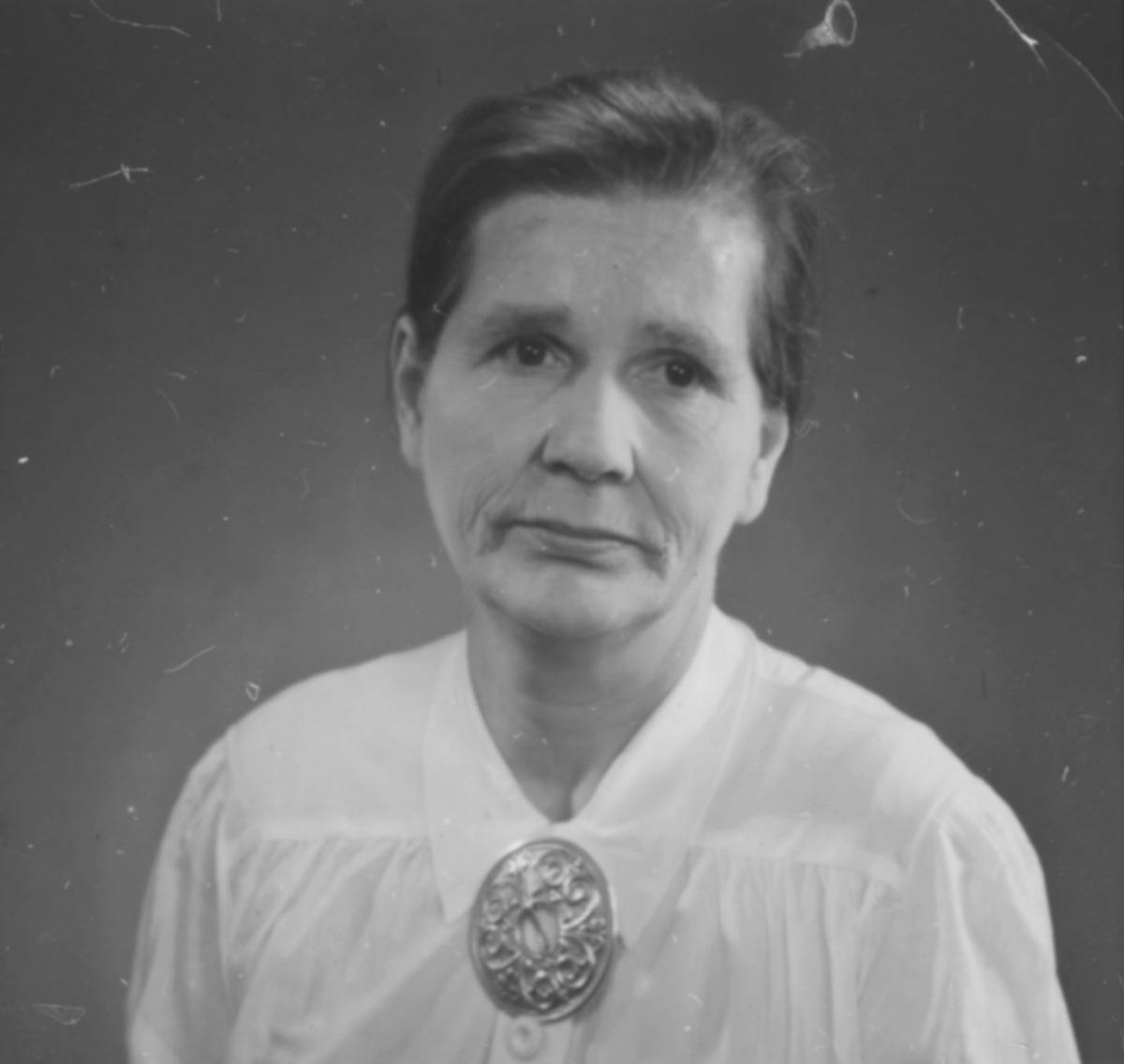 """""""Junttu-Anna, kona til """"Junttu"""". står det bak bildet. Anna blev kalt for Adolf-Anna, fordi hun var gift med Adolf Johansen. Adolf var sønn til Johan Jakob Danielsen som også var kalt for Tanelin-Junttu eller bare Junttu. Anna var opprinnelig fra Masjok og var søster til Emanuel Johansen. (Informant Thormod Holti)"""