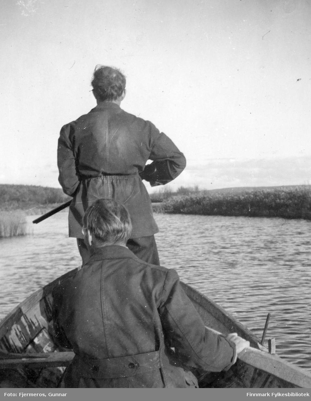 To ukjente andejegere i en båt. Stedet er også ukjent.