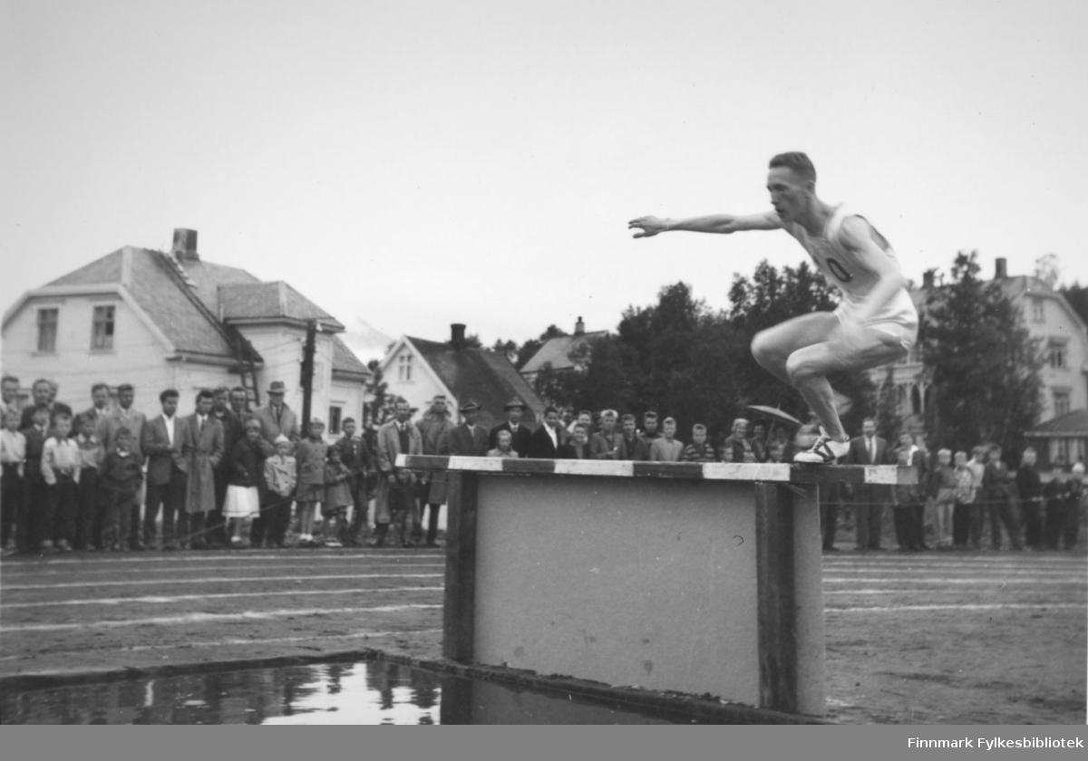 Ragnvald Dahl vinner gullmedalje på (3000 m eller 5000 m?) hinder i Narviks NNM i friidrett, 1957.