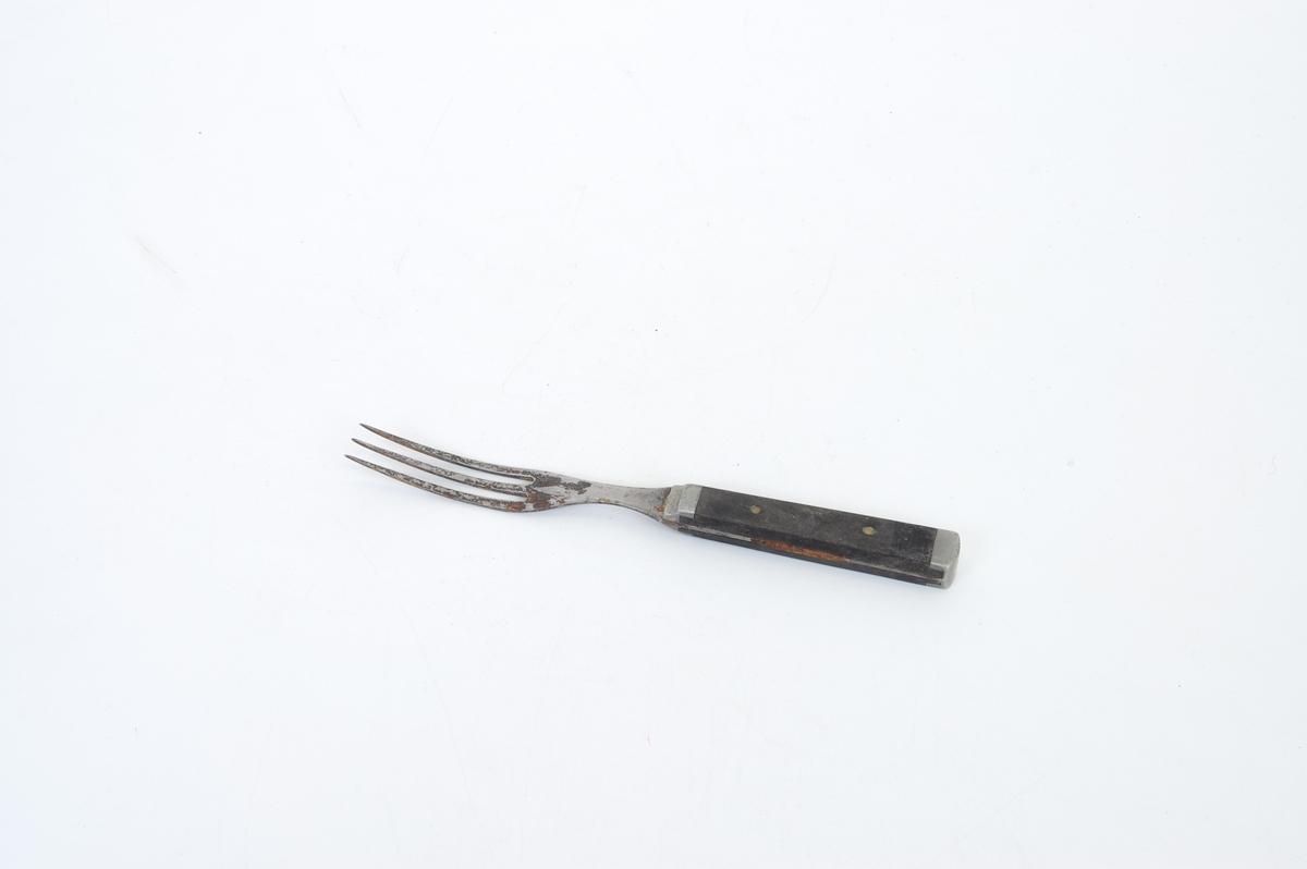 Form: lang gaffel med tre tinder, firkantet treskaft