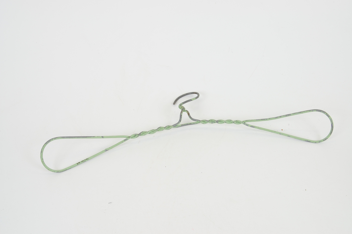 Form: avlang, krok som står opp midt på, ståltråden er formet i løkke på hver side