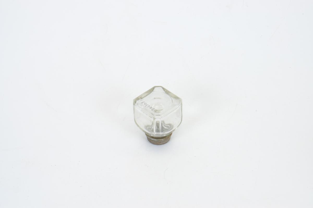 Form: firkantet, lav flaske, med rund kork, tykt glass