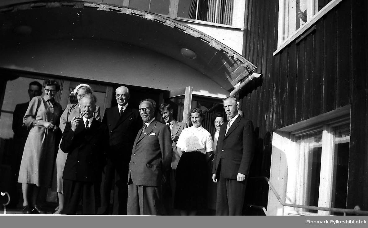 Et bilde fra innvielsen av Seida internat i 1953. Rektor og lærere og andre folk står på trappa på internatet. Kvinnen til vesntre er lærerinne Rokstad, mannen med pipa ved sidan av henne er lensmann Andersen fra Tana.  Den tredje kvinnen fra høyre er lærerinne Gjertrud Betten og den unge manne bak henne er lærer Lindheim. Mannen bortest til høyre er skoledirektør og mannen bakerst i venstre er vaktmester Andreassen. Skolen og internatet ble tatt i bruk allerede i 1952.