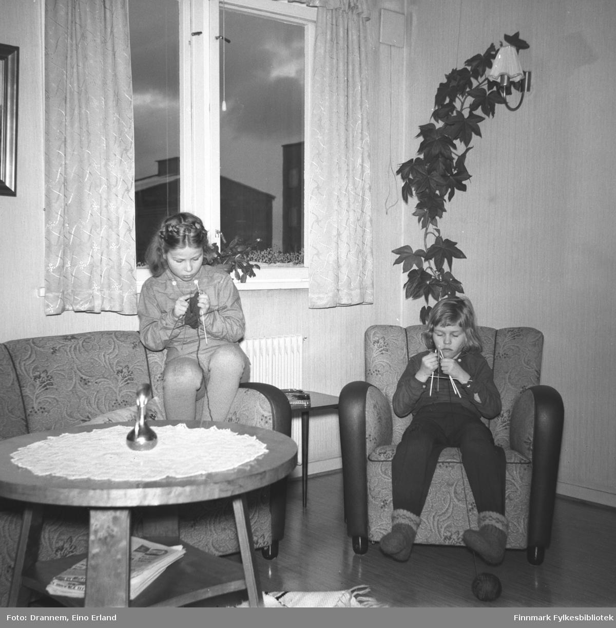 Turid Lillian og Vigdid Hansen sitter og strikker i stua til familien Drannem