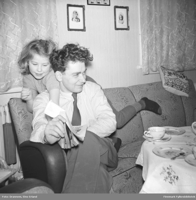 Turid Lillian og Asbjørn Gabrielsen på sofaen ved bordet som er klar for kaffe- og kakeservering