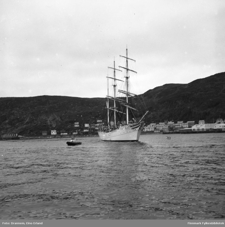 Et stort skoleskip ved Hammerfest havn
