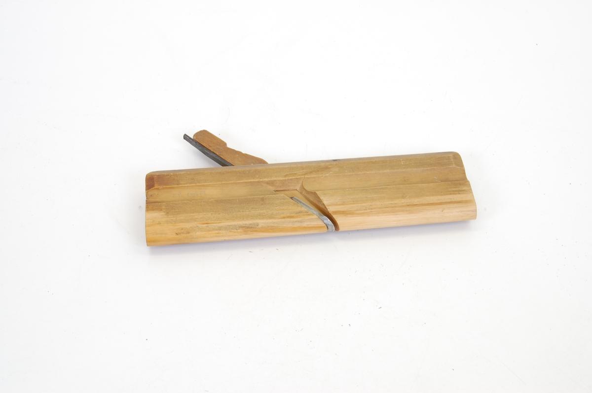 Form: rektangulær trebete, smal, avlang jernstolpe festet i