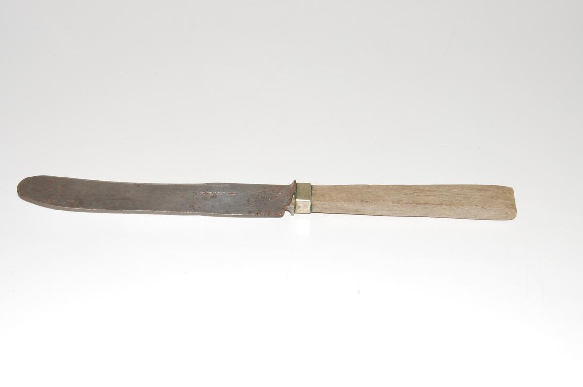 Form: Bestikkniv med lett krummet knivblad og treskaft.