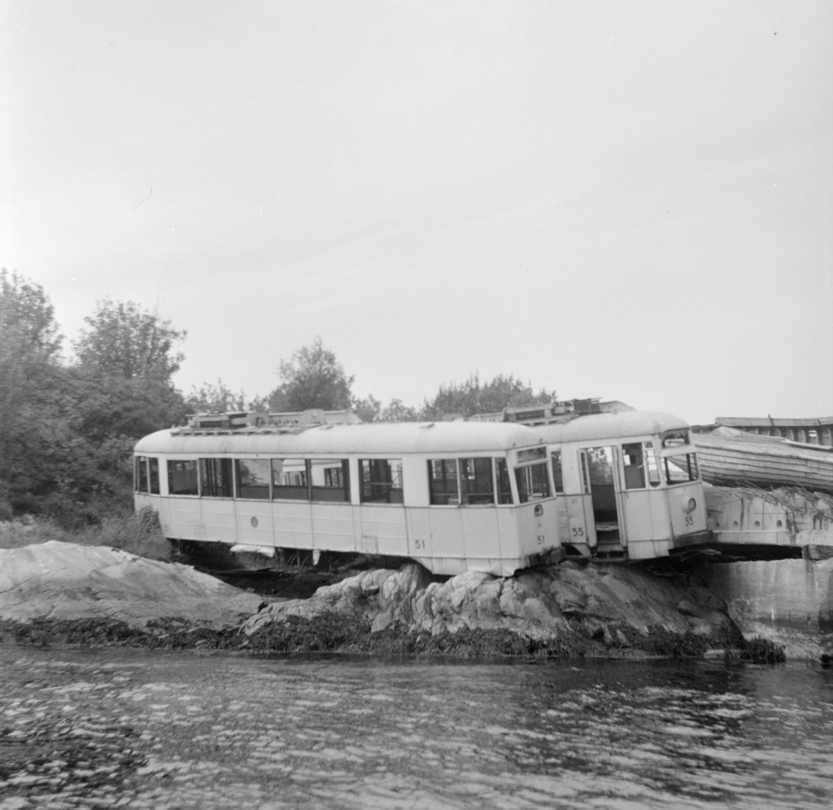 Utrangert trikk fra den nedlagte sporveien i Bergen. Flere av trikkene ble fraktet til Knektholmen ved Askøy og senere dumpet på sjøen.