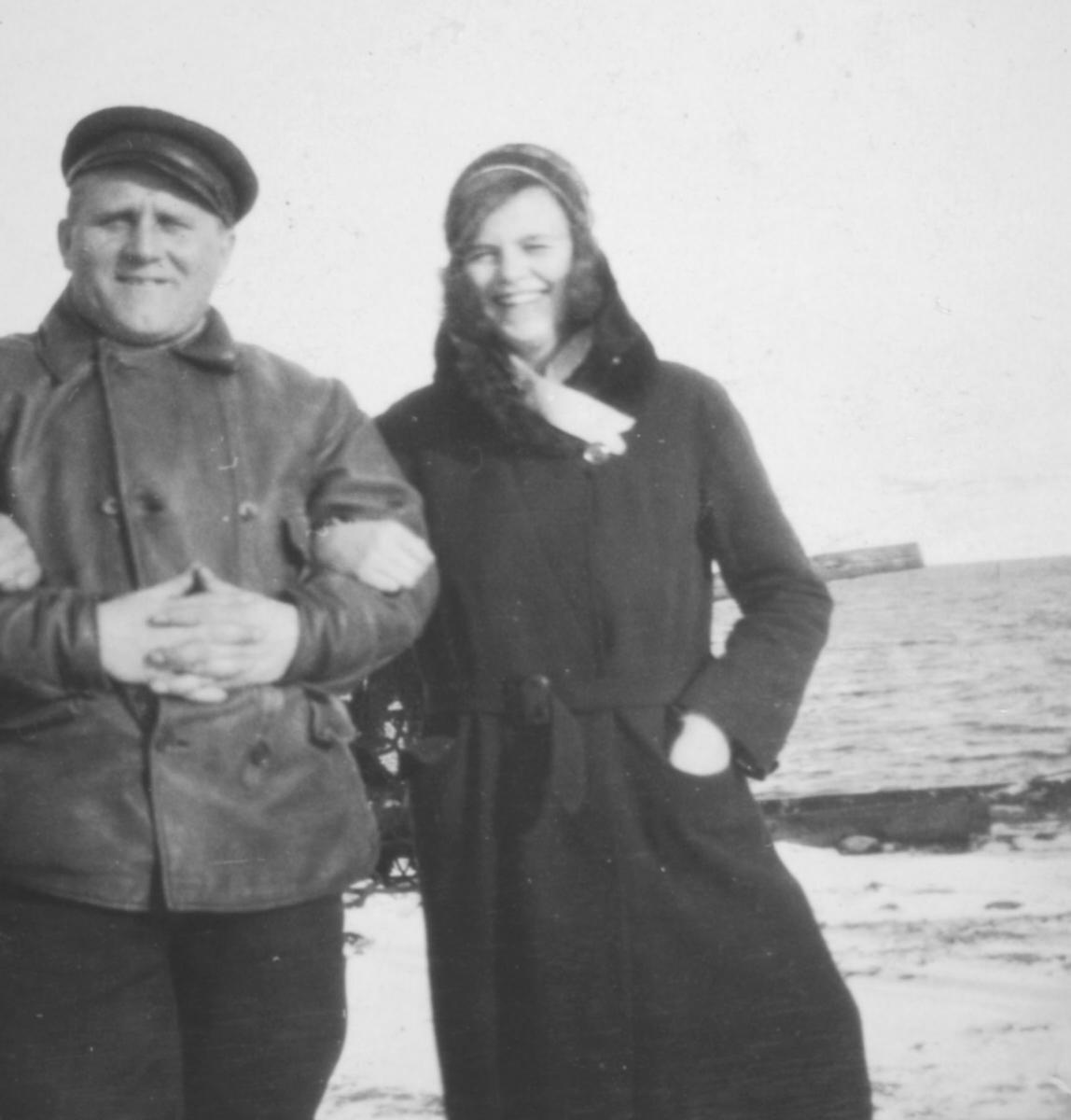En kvinne og en mann står arm-i-arm ute. Personene er ukjente, men bildet er muligens tatt i Kvalsund kommune.