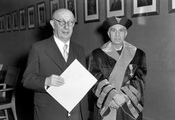 Professor dr. Ernst Jacobsthal mottar æresdiplom fra det fri