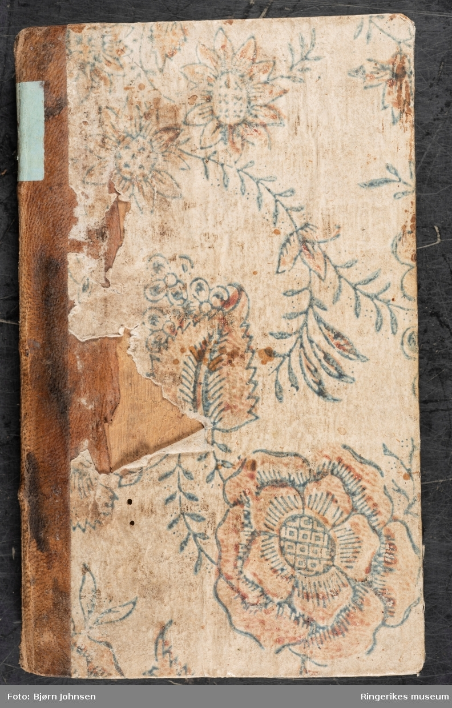 Naadens Aandelige Markets-Tiid, skrevet av Jonas Ramus (sogneprest i Norderhov) og utgitt første gang i 1680. Dette eksemplaret er trykket i København i 1751 og inneholder 224 sider. Dette var en populær andaktsbok i flere generasjoner.