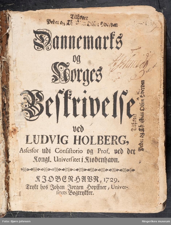 Dannemark og Norges Beskrivelse, skrevet av Ludvig Holberg og trykket i København i 1729. Inneholder 742 sider.
